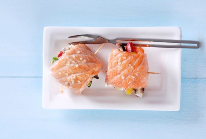 Khi cá chín mang cá ra đĩa rồi rắc thêm một ít vừng rang