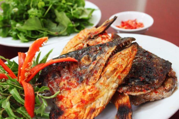 Khi cá chín thì lấy ra và ăn ngay khi còn nóng