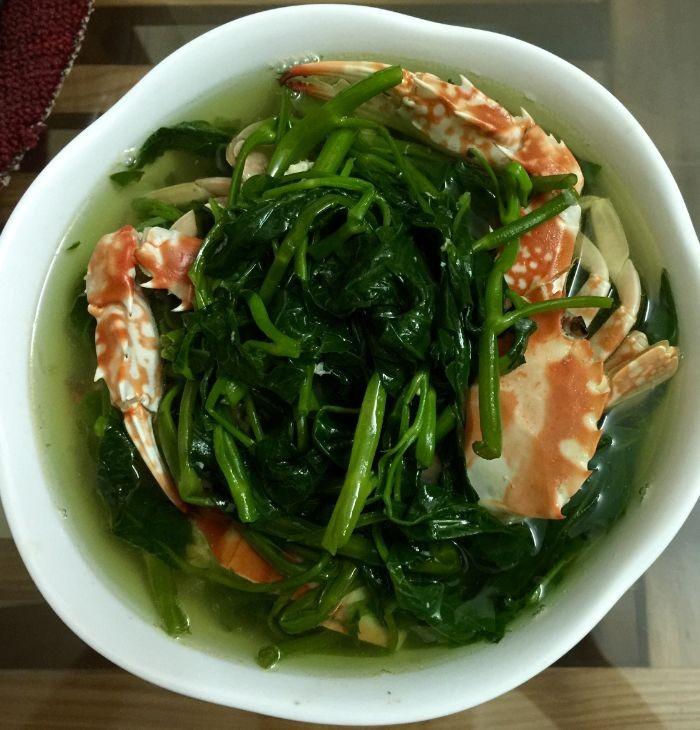 Canh ghẹ rau muống là món ăn rất hấp dẫn trong những ngày hè