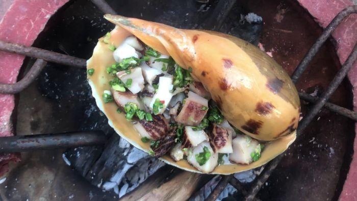 Thịt ốc giác vàng giòn, dai kết hợp với vị béo của mỡ hành đã tạo nên món ăn hấp dẫn nhiều người