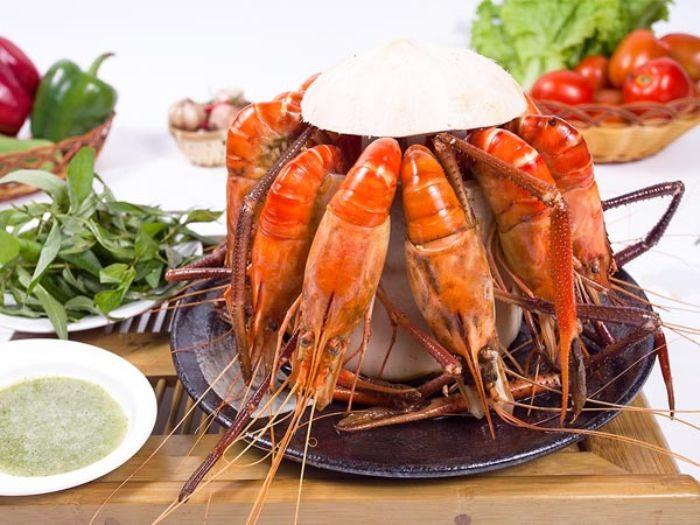 Tôm càng xanh hấp nước dừa ăn kèm rau răm sẽ tạo nên hương vị khó quên
