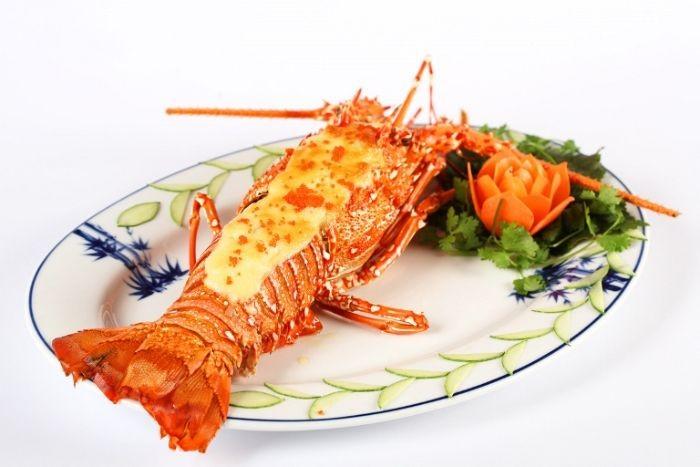 Tôm hùm thuộc dòng hải sản có vỏ cứng nên thường được chế biến bằng cách luộc, hấp hoặc nướng
