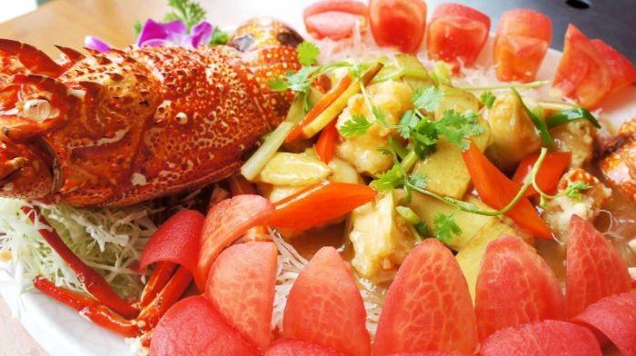 Salad tôm hùm trái cây là sự kết hợp tuyệt vời giữa các trái cây, rau tươi hòa quyện cùng nước sốt chua dịu và tôm hùm