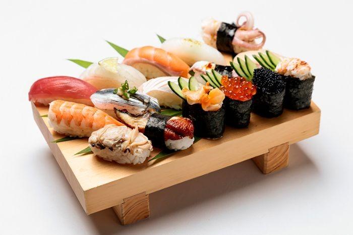 Sushi tôm ăn kèm với mù tạt, nước tương hoặc gừng ngâm kiểu Nhật sẽ thơm ngon hơn